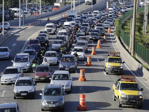 Trânsito congestionado na Marginal Pinheiros, sentido rodovia Castello Branco devido a um acidente e queda de poste na Ponte Cidade Jardim na madrugada desta sexta feira. (Foto: Nelson Antoine/Fotoarena/Estadão Conteúdo)