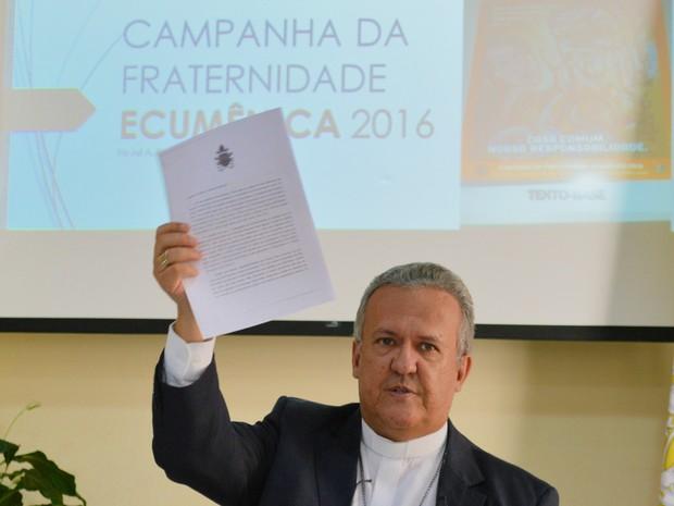 Arcebispo de Campo Grande, dom Dimas Lara Barbosa, apresenta carta que recebeu do papa Francisco sobre a Campanha da Fraternidade deste ano (Foto: Anderson Viegas/Do G1 MS)