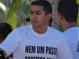 Sargento Ramalho, do Corpo de Bombeiros, diz que distribuição de panfletos irá continuar ao longo da próxima semana. (Foto: Henrique Pereira/G1)