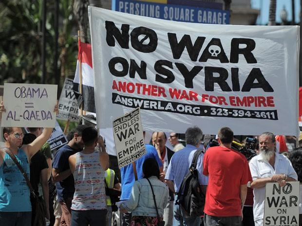 Manifestantes protestam contra possível ação militar dos EUA na Síria em Los Angeles neste sábado (31) (Foto: Joe Klamar/AFP)