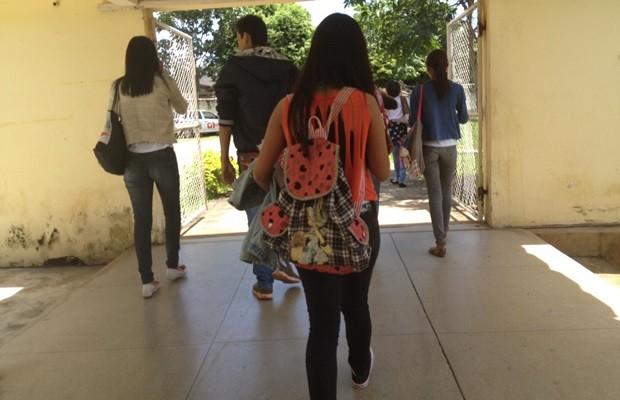 Resultado de imagem para estudantes indo para aula