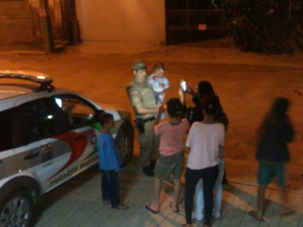 Depois do flagrante, bebê foi levado para abrigo (Foto: Polícia Militar/Divulgação)
