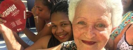 Apertada entre jovens, idosa curte o FV 2016