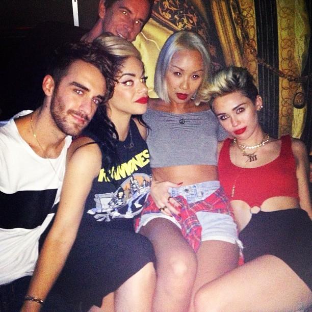 Miley Cyrus com amigos (Foto: reprodução/Instagram)
