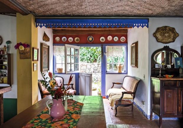 Além das cores em harmonia, a sala traz objetos herdados de família, obras criadas por Beth e flores colhidas no jardim  (Foto: Lufe Gomes / Editora Globo)
