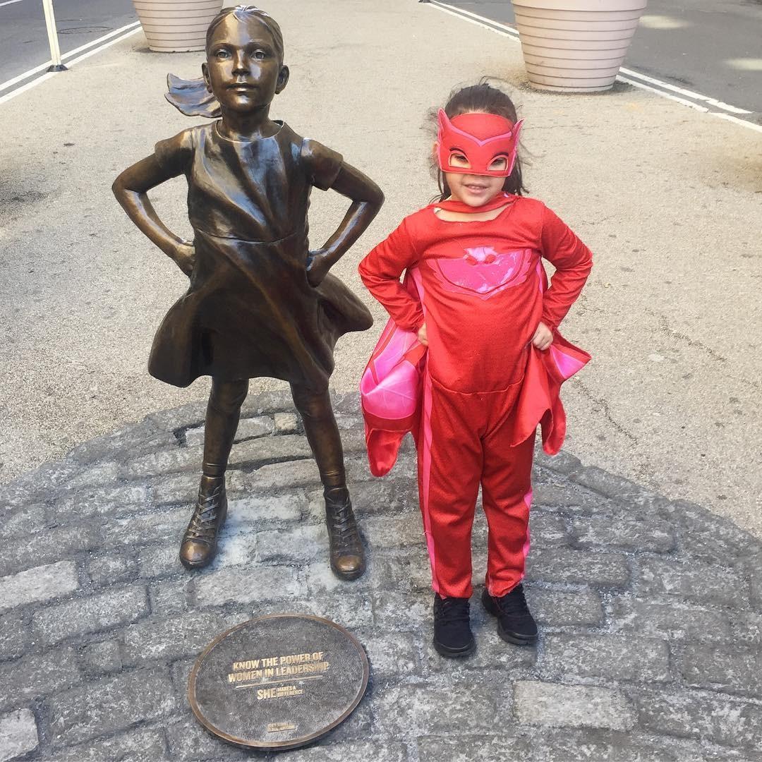 Esta super-heroína corajosíssima também foi conhecer a estátua (Foto: Reprodução/Instagram)