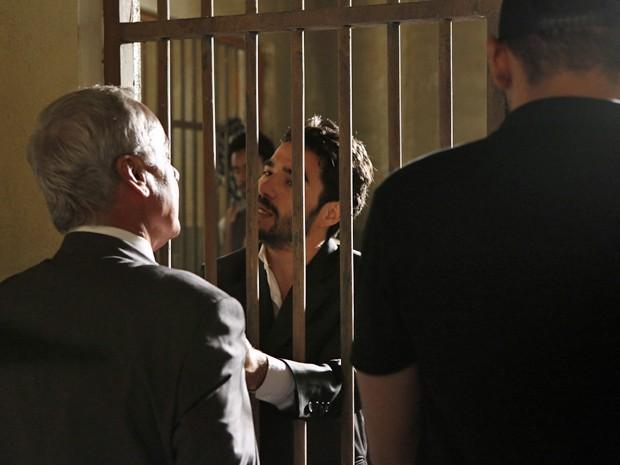 José Pedro implora que Merival o tire dali (Foto: Fábio Rocha/ Gshow)