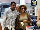 Grávida, Taís Araújo tira foto com fã em aeroporto