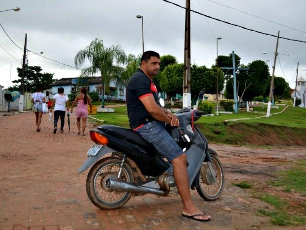 Ivo Dias de Oliveira, morador de Porto Walter usa a motocicleta como meio de tranporte  (Foto: Genival Moura/G1)