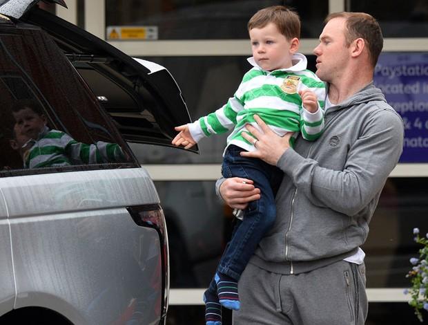 Rooney com o filho Kai no hospital da mulher, em liverpool (Foto: Agência AFP)