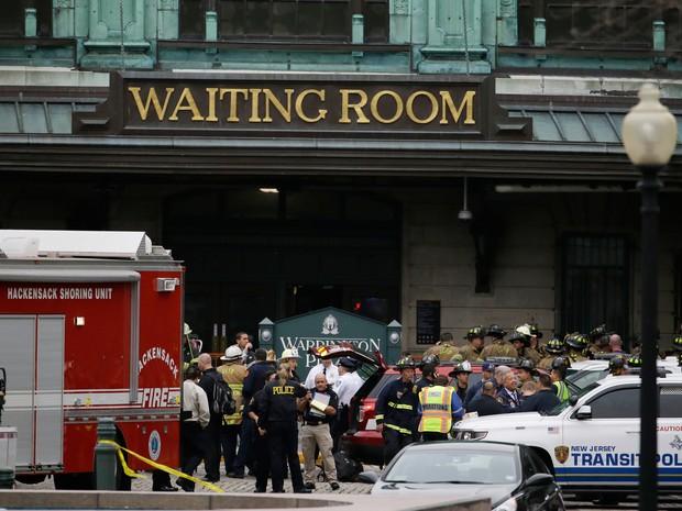 Equipes de emergência foram chamadas após trem descarrilar e bater na estação Hoboken, em Nova Jérsei (Foto: Julio Cortez/AP)