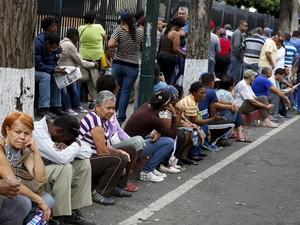 Pessoas formam fila do lado de fora do supermercado Bicentenario, em Caracas, na terça (4) (Foto: Reuters/Carlos Garcia Rawlins)