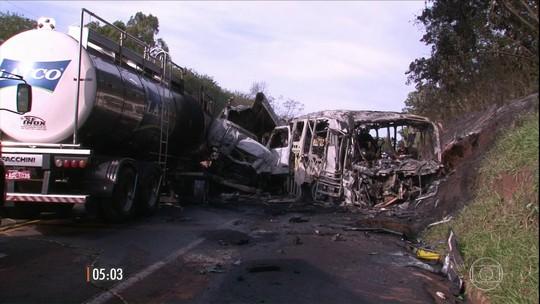 Acidente entre caminhão-tanque e ônibus deixa 20 mortos no Paraná