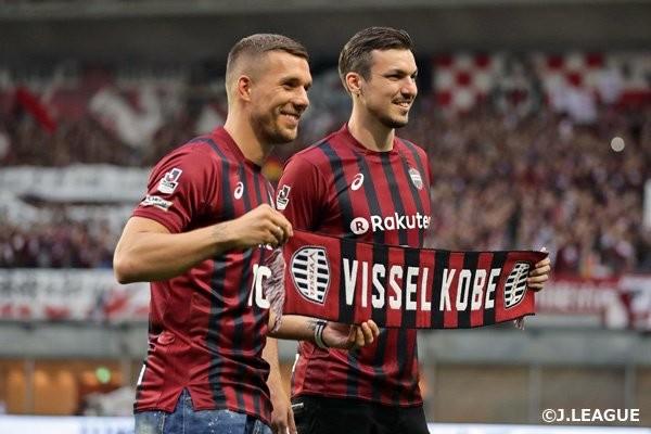 Podolski na apresentação à torcida antes de jogo do Vissel Kobe