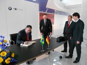 Colombo assinou livro de visitas da fábrica da BMW em Munique (Foto: Cláudio Thomas/Secom)