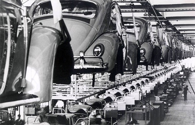 Linha de produção da Volkswagen nos anos 70 (Foto: Volkswagen)
