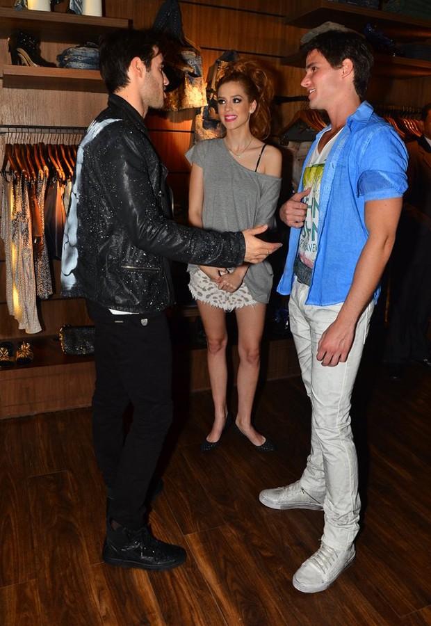 Joshua Bowman com Joantas Faro e Sophia Abrahão (Foto: Caio Duran/AgNews)