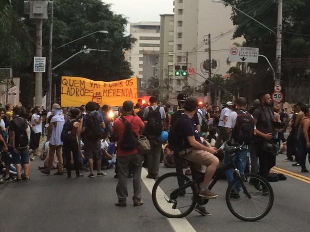 Manifestantes sobem a Avenida Brigadeiro Luís Antônio, nos Jardins (Foto: Roney Domingos/G1)