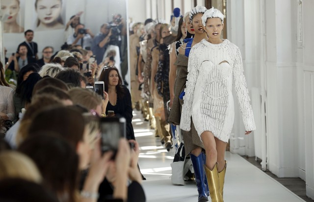 PARIS, FRANCE - JULY 05:  Models walk the runway during the Maison Margiela Haute Couture Fall/Winter 2017-2018 show as part of Haute Couture Paris Fashion Week on July 5, 2017 in Paris, France.  (Photo by Thierry Chesnot/Getty Images) (Foto: Getty Images)