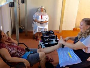 Juliana com as clientes em salão adaptado em sua residência (Foto: Graziela Rezende/G1 MS)