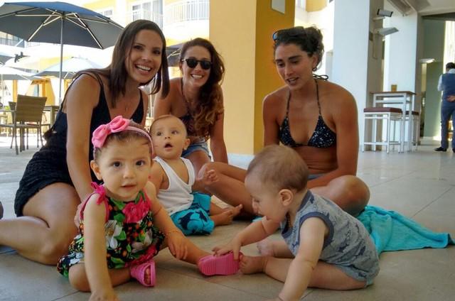 A repórter Lizandra Trindade e as jogadoras Maria Clara e Carol Solberg com os seus bebês gravando para o 'Esporte espetacular' (Foto: Divulgação)