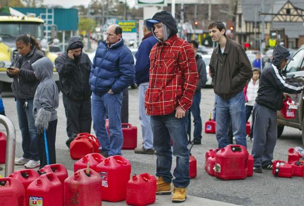 Moradores fazem fila para conseguir combustível em Nova York nesta quint-feira (1) (Foto: Reuters)
