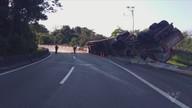 Óleo de laranja vaza em rodovia após tombamento de caminhão tanque