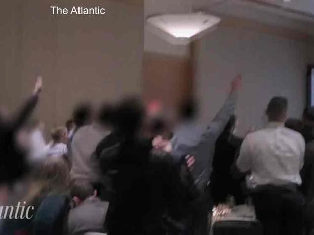 No vídeo filmado pela revista The Atlantic, membros desse grupo aparecem com o braço estendido gritando 'Viva Trump, viva o nosso povo, viva a vitória' (Foto: Reprodução/The Atlantic/BBC)