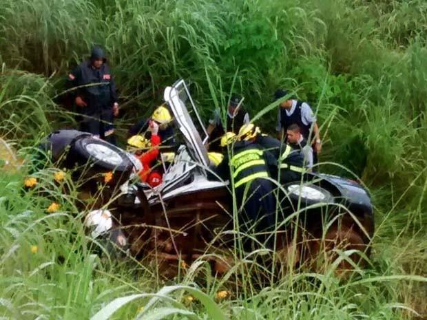 Viatura da PM caiu em barranco próximo ao presídio feminino, no Gama (Foto: Polícia Militar/ Divulgação)