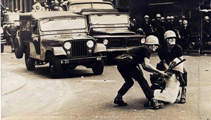 Vanja Orico sendo levada pelos militares no Rio de Janeiro, em 1968 (Foto: Gervásio Batista/Arquivo Público de São Paulo)