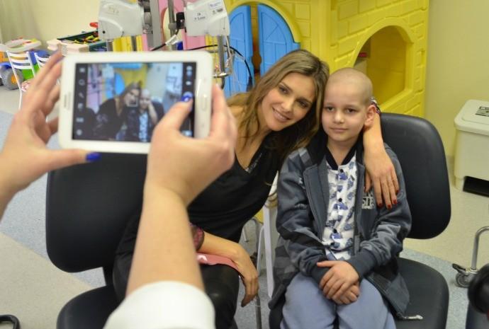 Fernanda Lima visitou pacientes de hospital de Porto Alegre (Foto: Otávio Daros/RBS TV)