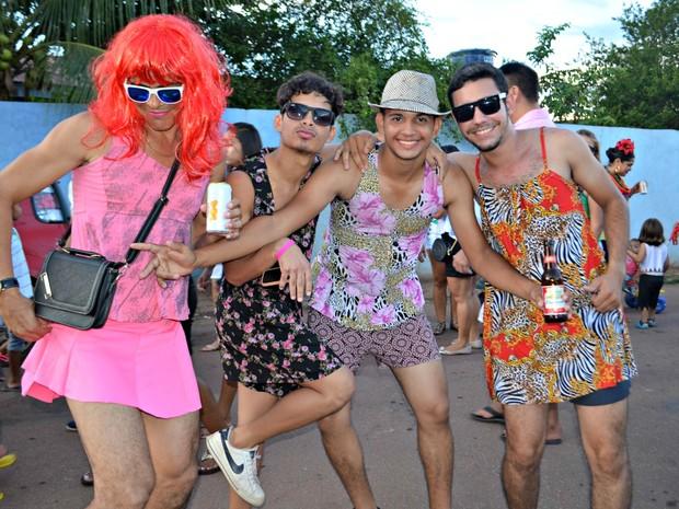 Homens se vestem de mulher para curtir o Carnaval no bloco dos sujos (Foto: Quésia Melo/G1)