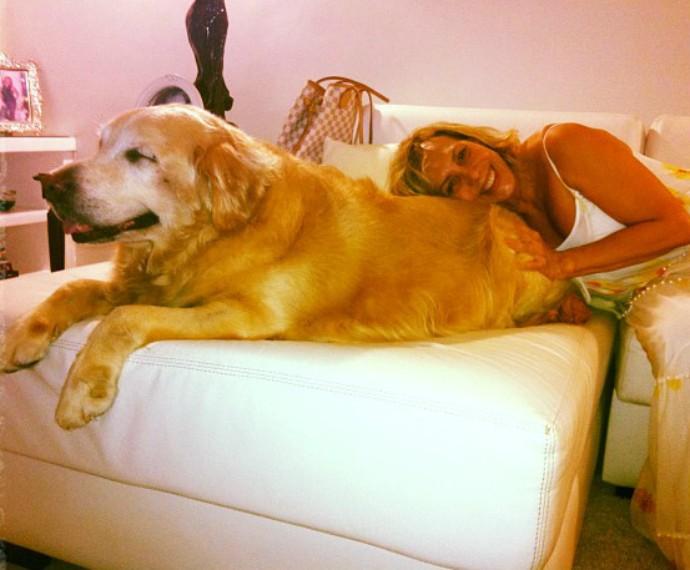 Arlete com o cachorro Akira. Ele viveu por 14 anos (Foto: Arquivo pessoal)