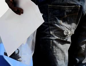 Oscar Pistorius preso em Pretoria - arma do crime - Agência AP (Foto: Agência AP)