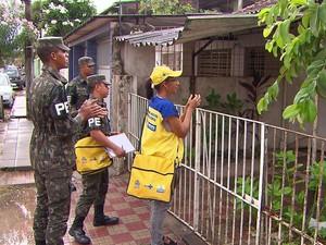 Agentes de saúde e Exército nem sempre são aceitos pelos moradores (Foto: Reprodução/TV Globo)
