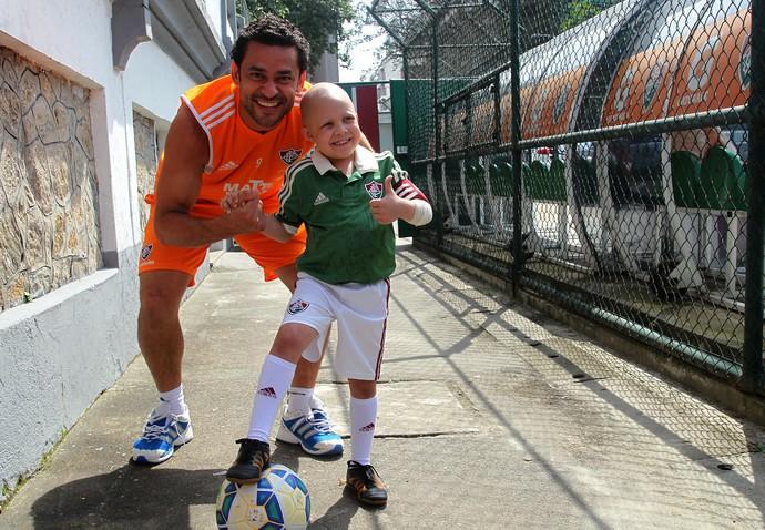 Pedro posou para foto após bater uma bolinha com Fred (Foto: Divulgação/Fluminense)