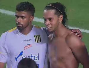 Ronaldinho Gaúcho é tietado por jogadores do The Strongest (Foto: Reprodução SporTV)