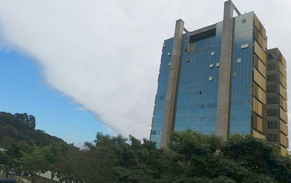 'Nuvem tsunami' cobriu prédio da Prefeitura de Piracicaba (Foto: Adilson Franco Cardoso/Prefeitura)