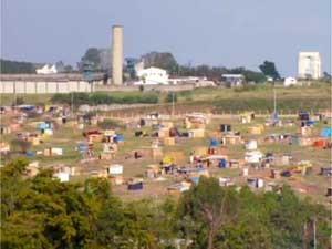 Área particular invadida em Hortolândia em maio de 2012 (Foto: Reprodução EPTV)
