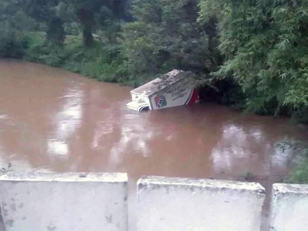 Motorista perde controle de caminhão e cai em rio na Fernão Dias (Foto: Divulgação/ Polícia Rodoviária Federal)