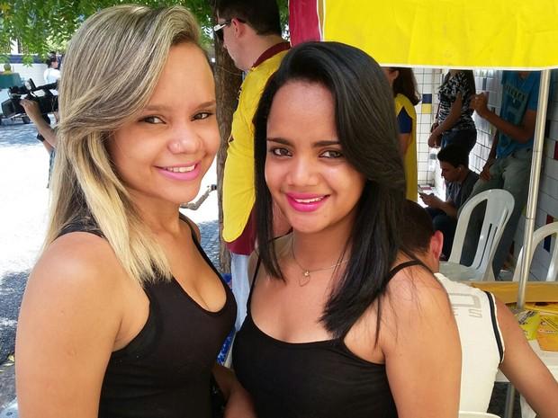 ENEM 2015 - DOMINGO (25) - TERESINA (PI)-  Irmãs apostam no decote para desconcentrar concorrentes do Enem no Piauí (Foto: Ellyo Teixeira/G1)