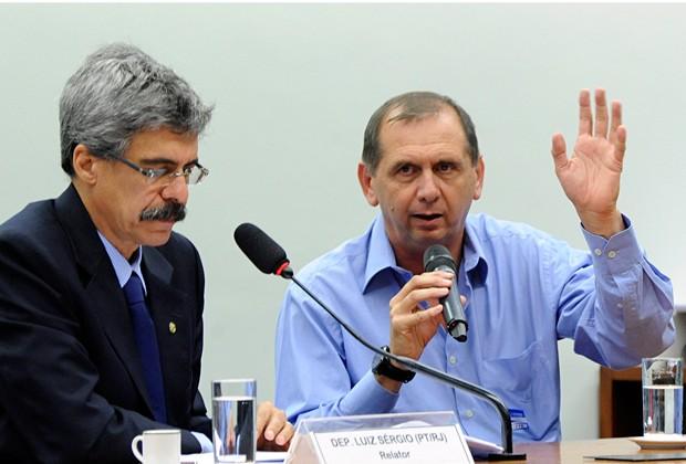 Delator Lucas Pace (dir.) fala em CPI ao lado do relator da comissão, Luiz Sérgio (PT-RJ) (Foto: Luis Macedo / Câmara dos Deputados)