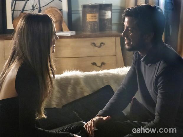 Marlon conta para Lili que descobriu uma fórmula para reverter o efeito da máquina em Joana (Foto: Fábio Rocha/TV Globo)