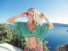 Karina Bacchi exibe abdômen sarado em viagem: 'Dia colorido na Grécia'
