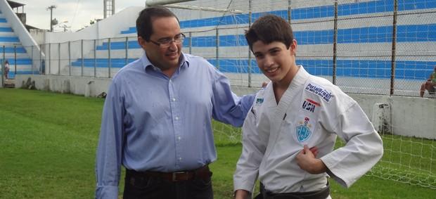 Murilo Souza, diretor do projeto, e seu filho Bruno Assis, primeiro fruto do projeto (Foto: GLOBOESPORTE.COM)