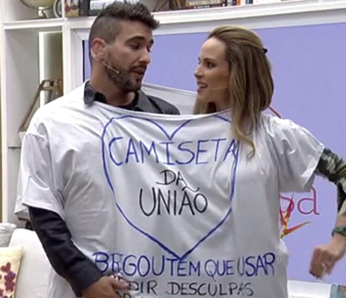André Marques e Ana Furtado testam a 'camiseta da união' (Foto: Gshow)