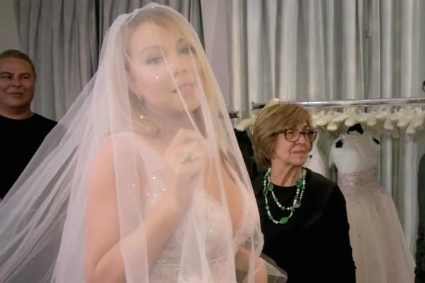 A cantora Mariah Carey experimenta seu vestido de noiva (Foto: Reprodução)