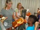 Juju Salimeni distribui presentes para crianças em escola de samba