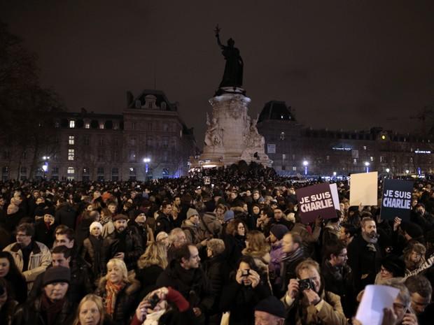 Manifestantes seguram cartazes com a inscrição 'Eu sou Charlie' na Place de la Republique, em Paris, na noite de quarta (7) (Foto: AFP Photo/Joel Saget)