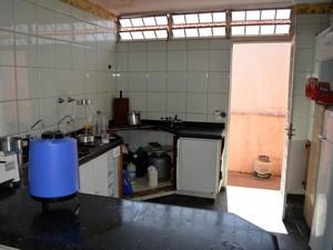 Cozinha deve ser interditada por falta de condições de uso em alojamento em Piracicaba (Foto: Leon Botão/G1)
